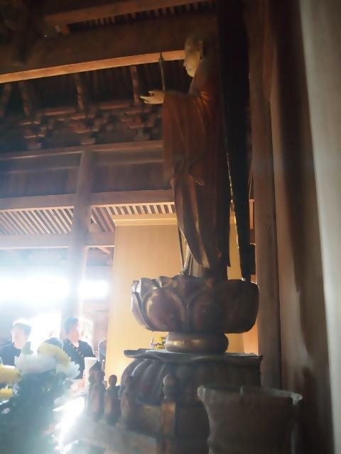 正福寺地蔵堂 弓欄間から差し込む柔らかな光