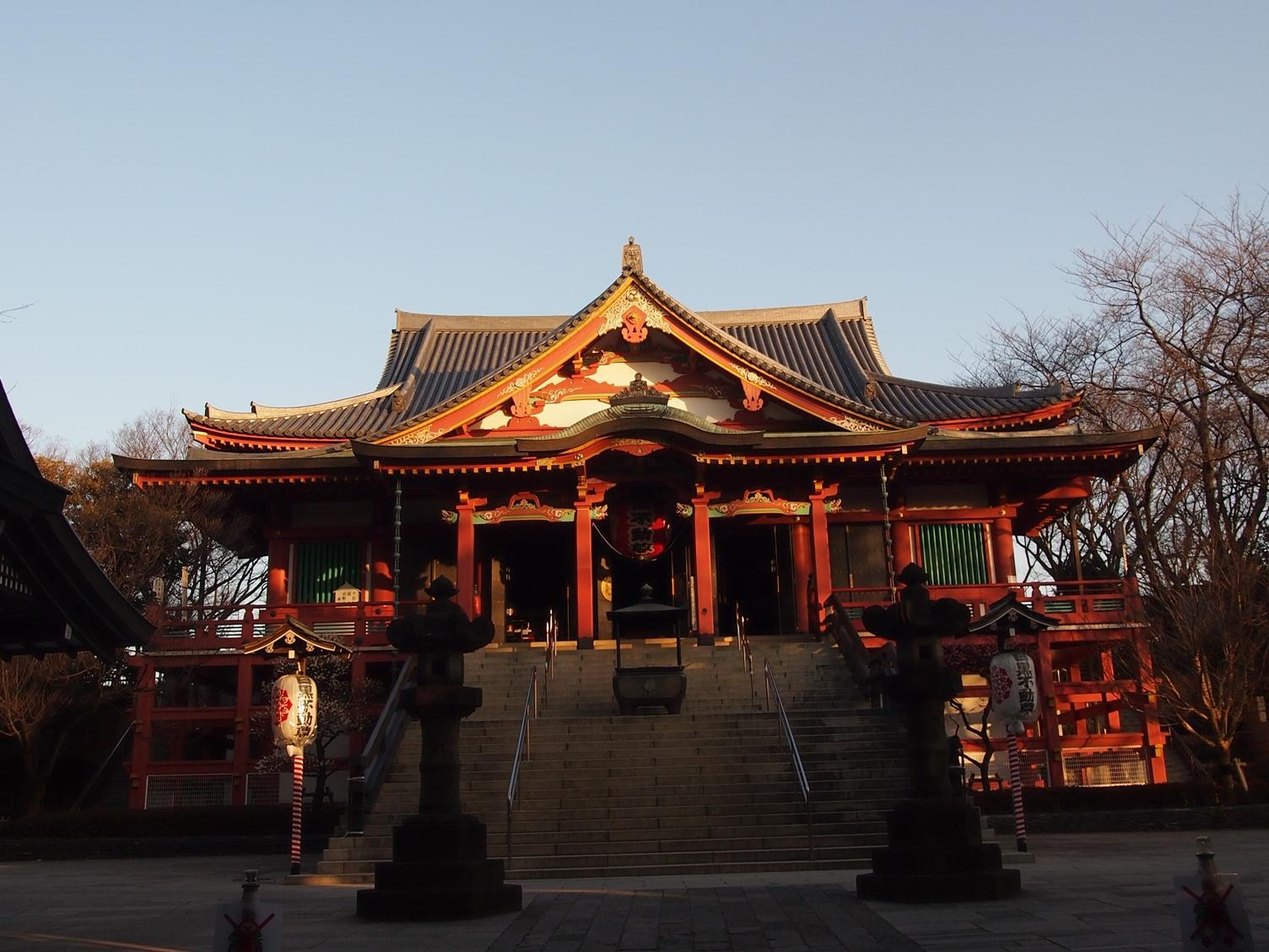 目黒不動尊(龍泉寺)日の光を浴びる本堂